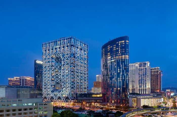 В Макао открылся уникальный футуристический отель с экзоскелетом
