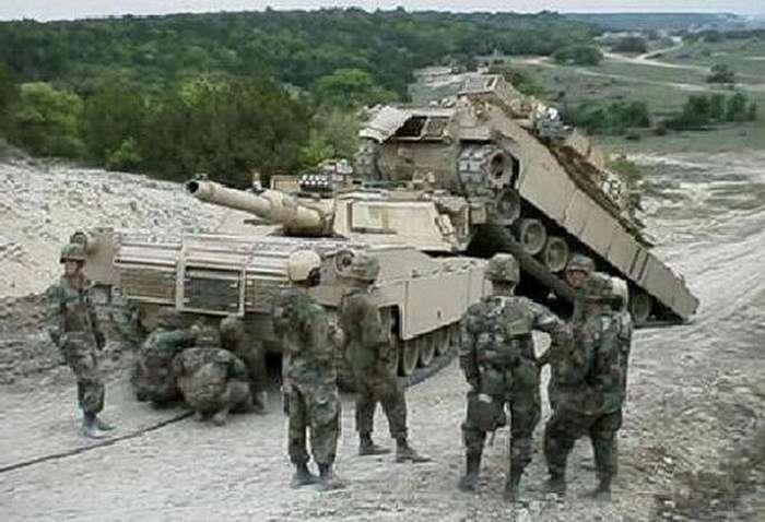 Аварии с тяжелой военной техникой (28 фото)
