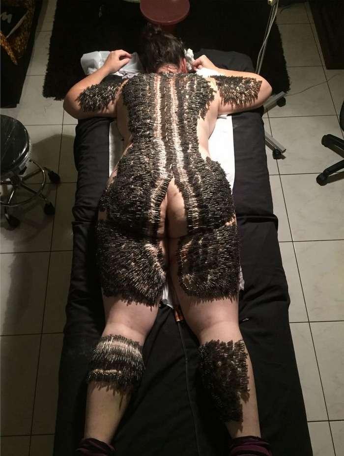 Поклонница BDSM вколола в клиентку 4700 иголок ради искусства-8 фото-