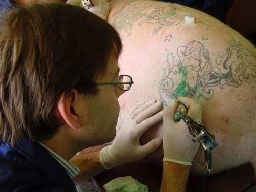Тату-свиньи: художник бьет на свиньях татуировки, а потом продает их за бешеные деньги-35 фото-