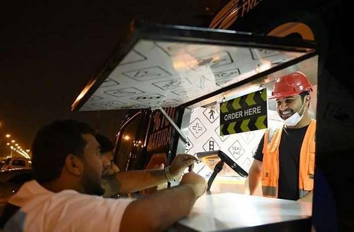 Жители Саудовской Аравии вынуждены работать механиками, продавцами чая и бургеров, и вот почему-4 фото-