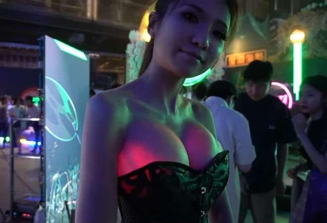 Блогер со светящейся грудью удивила Сеть