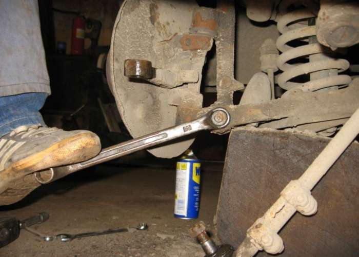 Как легко открутить ржавый болт, когда под рукой только подручные инструменты