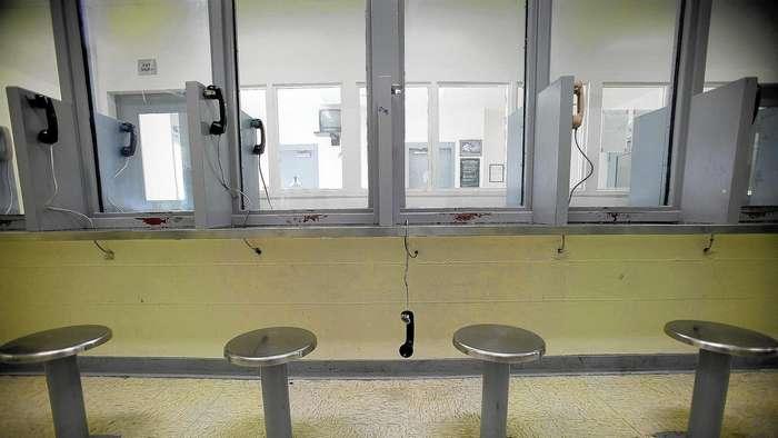 Как выглядят комнаты для свиданий преступников в тюрьмах разных стран