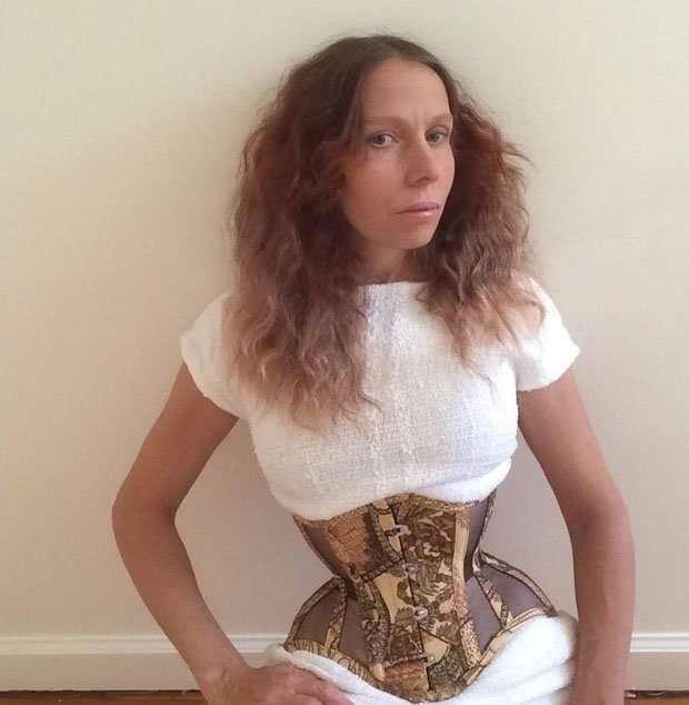 Как выглядит женщина, которая носит корсет 20 часов сутки