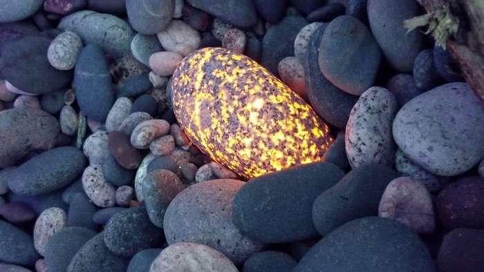 На побережье озера найдены необычные светящиеся камни