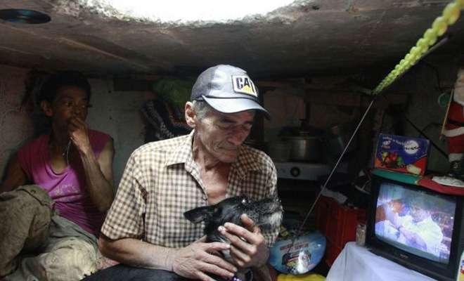 Муж и жена 23 года живут в канализации -7 фото-