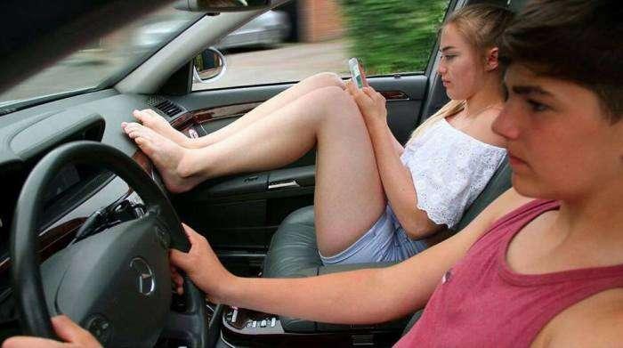 Почему пассажиру нельзя класть ноги на приборную панель автомобиля