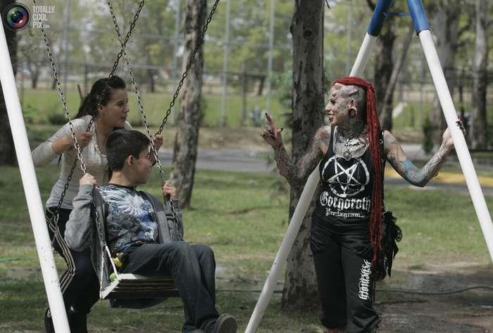 Мать четырех детей стала -вампиром- из-за мужа-тирана