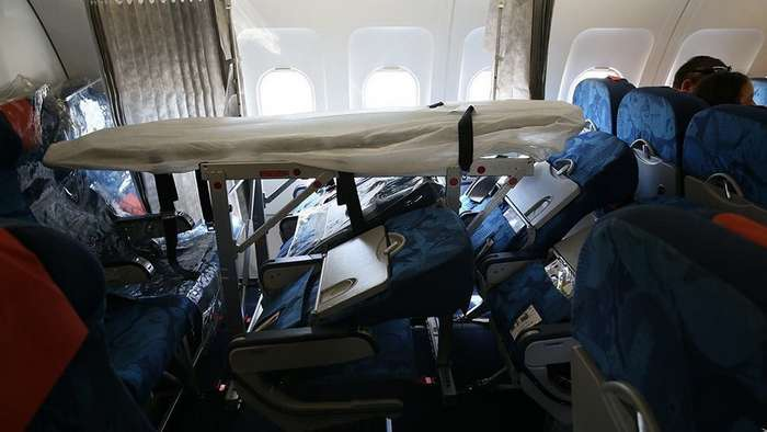 Шторкой прикрыли: как перевозят больных людей в самолёте