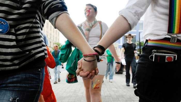 За оскорбление чувств геев и трансгендеров в Швейцарии теперь будут сажать-3 фото-