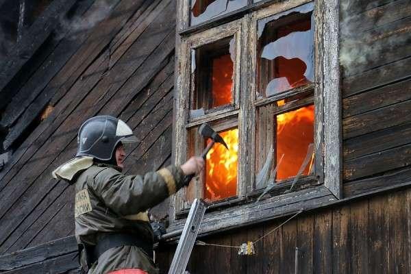 Рабочие спасли четверых детей из огня в Нижнем Новгороде