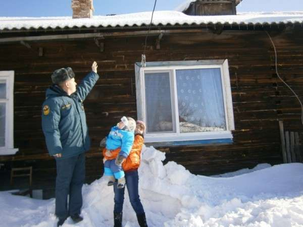 Денис Степанов спас двухлетнего малыша от лавины падающего с крыши дома снега