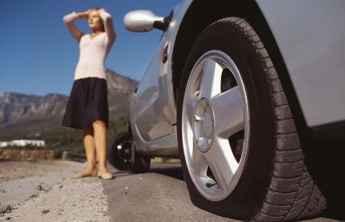 Как накачать колесо в автомобиле без насоса при помощи подручного средства