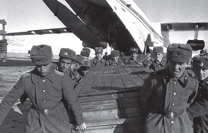Груз 200: почему тела погибших перевозят именно в цинковых гробах