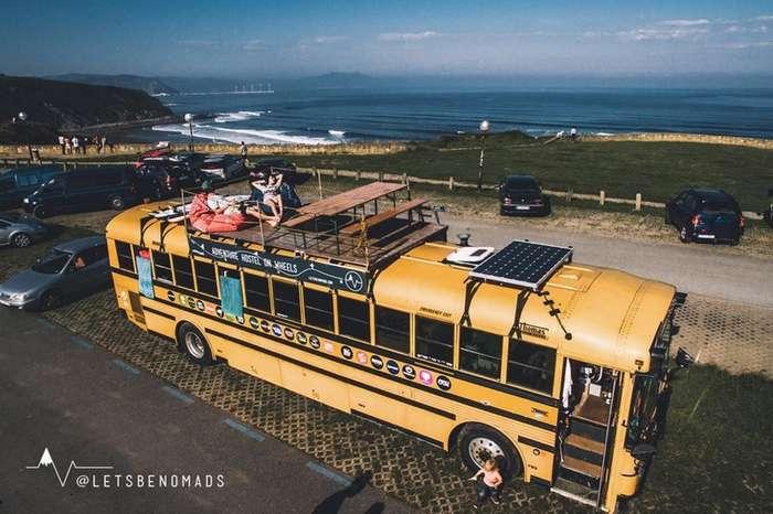 Семья с ребенком живет и путешествует в старом автобусе