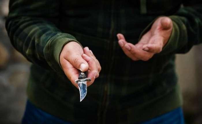 Как не надо себя вести при ограблении с ножом (1 фото)