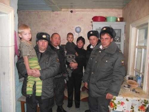 Герои полицейские эвакуировали людей во время пожара