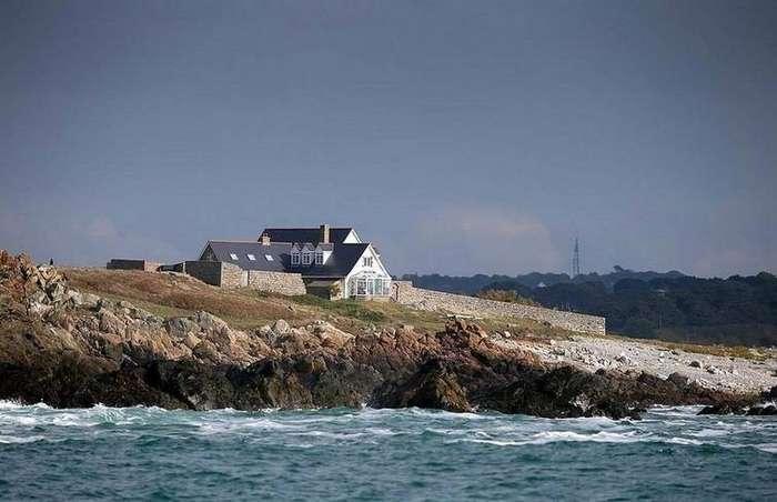 Этот дом — настоящая мечта интровертов, потому что он стоит на острове, где никого нет (16 фото)