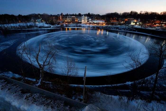 90-метровый ледяной вращающийся диск в американской реке