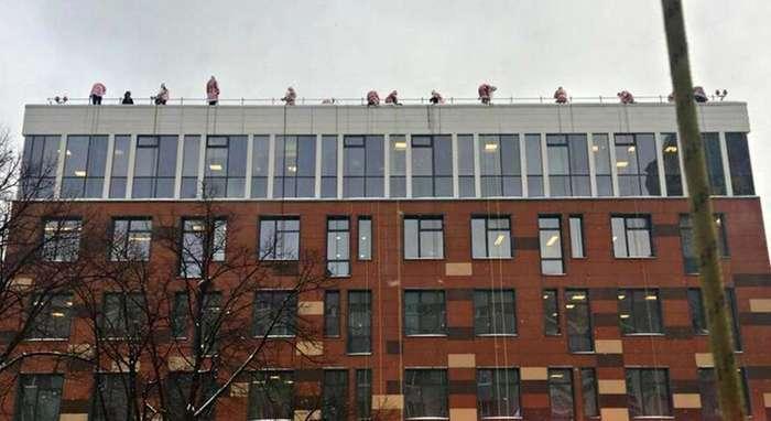 Новогодний десант: 60 Дедов Морозов спустились на тросах, чтобы поздравить детей-1 фото + 1 видео-