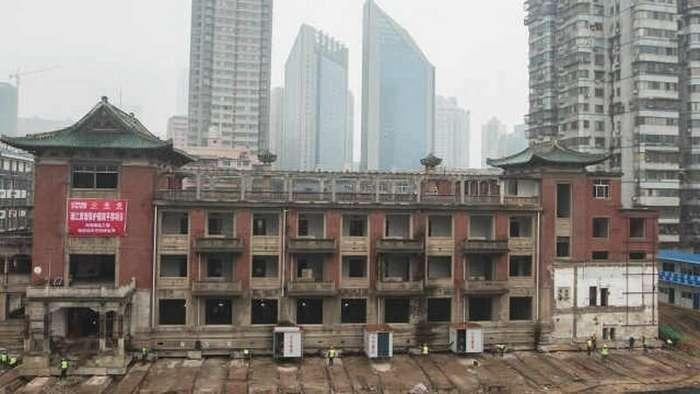 В Китае переместили на 35 метров старый отель весом 5000 тонн-3 фото + 1 видео-