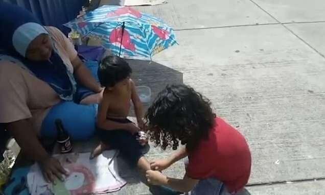 Ребенок подарил свою обувь и носки бездомному мальчику на улице в Малайзии-5 фото + 1 видео-
