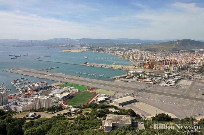 Аэропорт Гибралтара - взлётную полосу пересекает дорога!-3 фото-