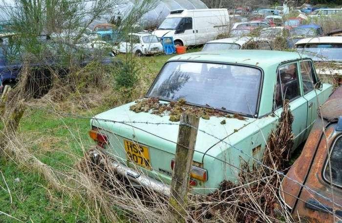 Последний приют: в Сети появились снимки британского кладбища автомобилей Lada