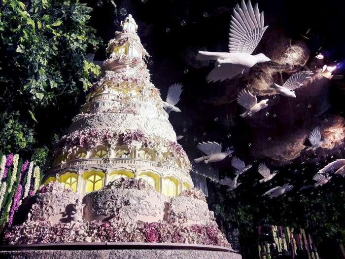 Торты, над которыми трудится более 20 человек, создают в Индонезии