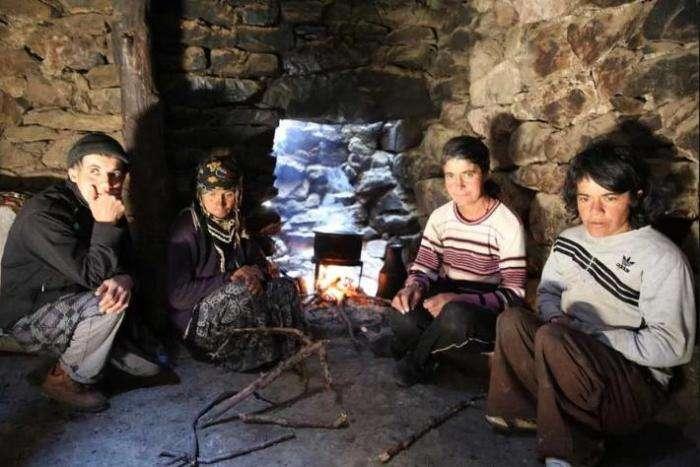 Пещерные люди: большая семья 80 лет живет вдали от цивилизации (10 фото)