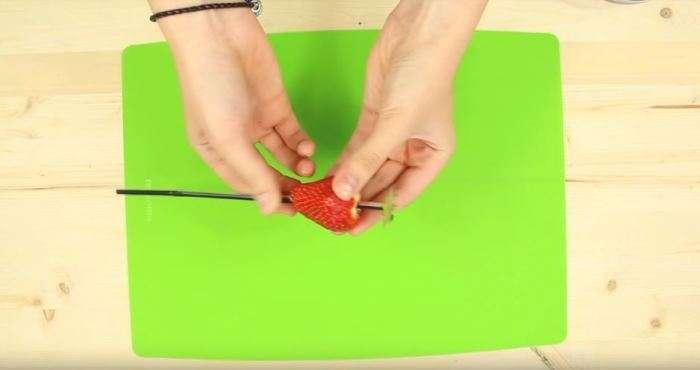 Как почистить апельсин, киви и клубнику, не испачкав руки и не забрызгиваясь соком интересное