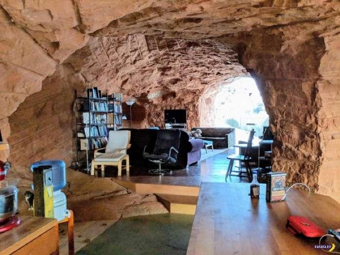 Вырубил себе дом в скале