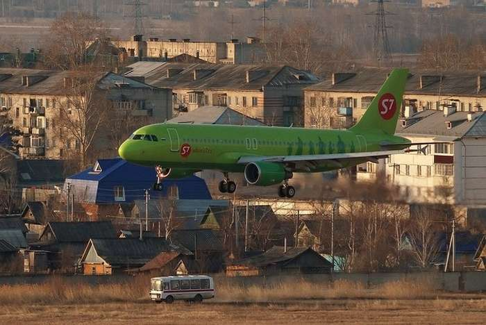 Почему самолеты красят вразные цвета изачем вообще нужна краска