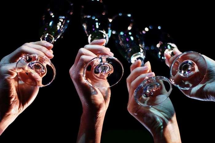 Традиция чокаться бокалами: история происхождения и интересные факты