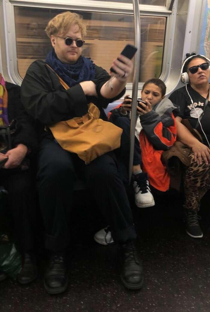 Мальчик отказался убирать ноги с сиденья в вагоне метро, но пассажир не стал с ним церемониться                      Интересное