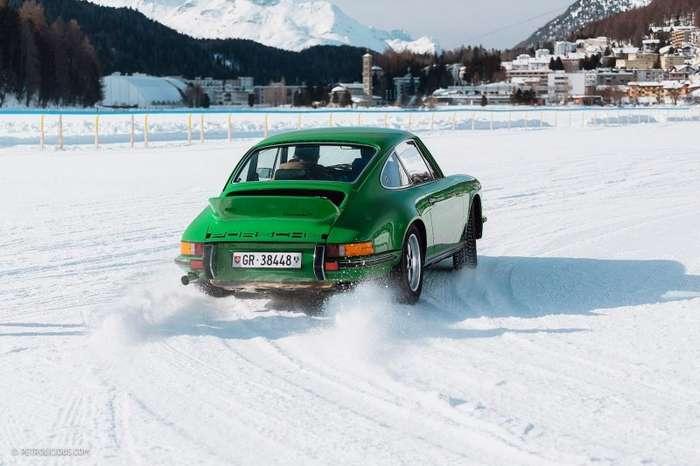 Покатушки по снегу на классических суперкарах на горнолыжном курорте в швейцарских Альпах                      авто