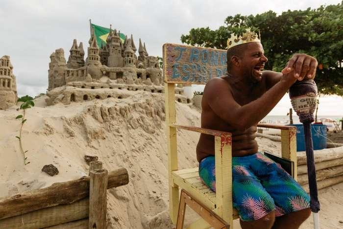 Мужчина 20 лет живет в бесплатном замке, который он построил на пляже