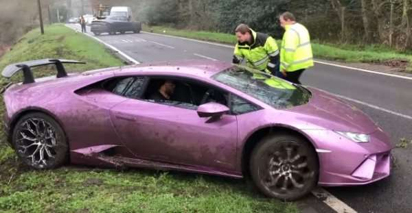 В Лондоне в кювете нашли брошенную Lamborghini