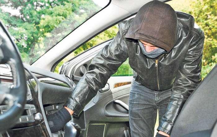 Почему надо насторожиться водителям, которые увидели пластиковую бутылку возле колеса