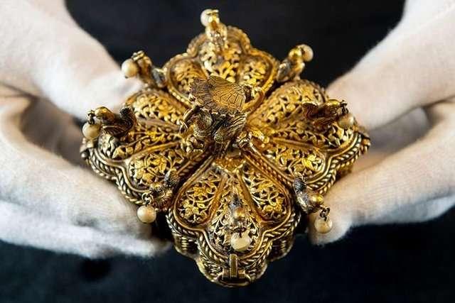 Семья британцев среди хлама на чердаке нашла бесценные реликвии интересное