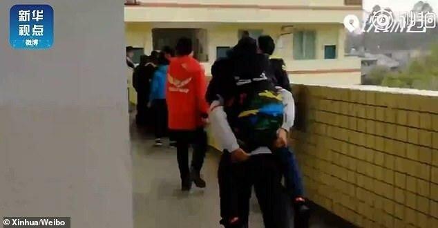 12-летний мальчик шесть лет носит на спине больного одноклассника-6 фото-