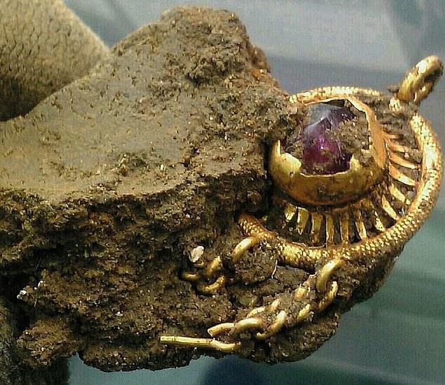 Девушка с металлоискателем нашла украшение короля Эдуарда IV-5 фото-