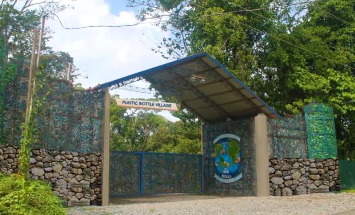 Житель Канады из пластиковых бутылок построил деревню