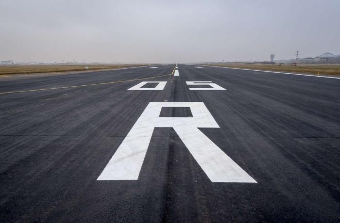 Зачем на взлетно-посадочной полосе пешеходная -зеброй- и огромные цифры от 1 до 36