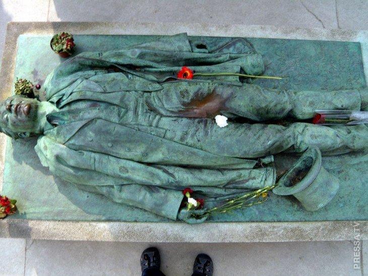 Суеверные парижанки приходят на могилу Виктора Нуара в надежде наладить личную жизнь
