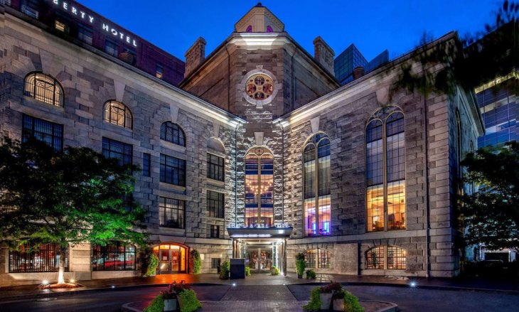 Красивые отели, перестроенные из самых разных зданий: тюрем, церквей, магазинов, банков