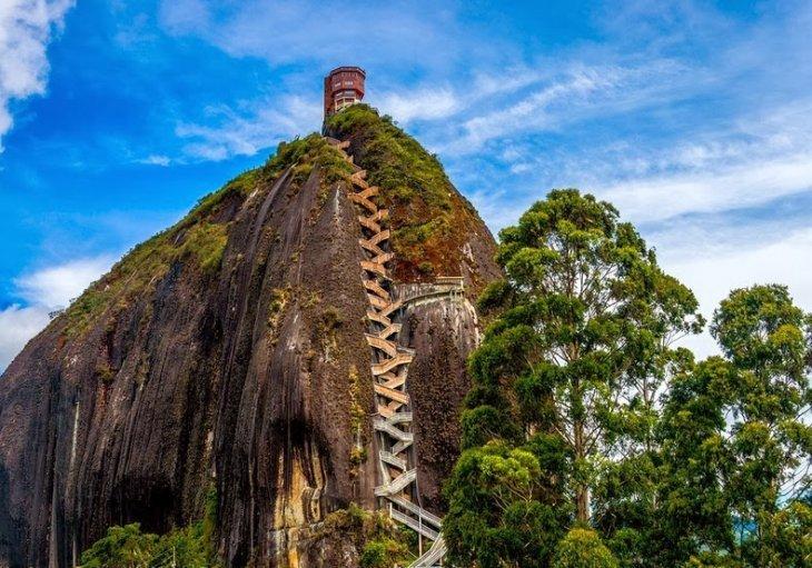 Скала Гуатапе в Колумбии