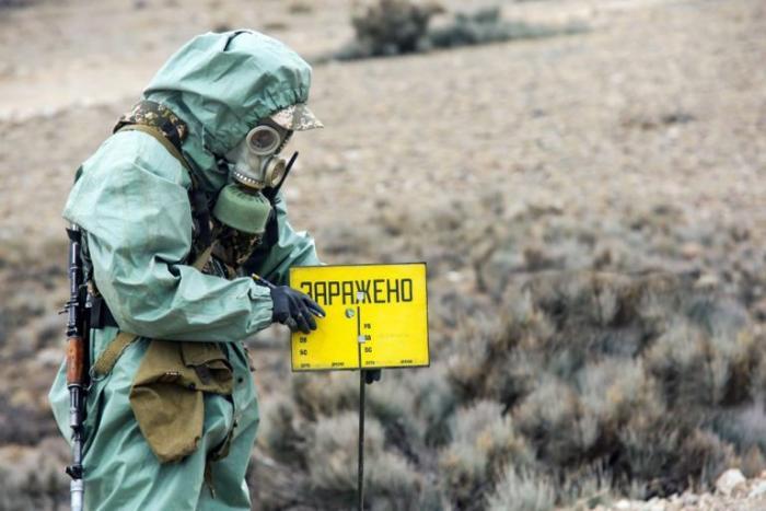 Почему при взрыве нейтронной бомбы люди гибнут, а дома остаются