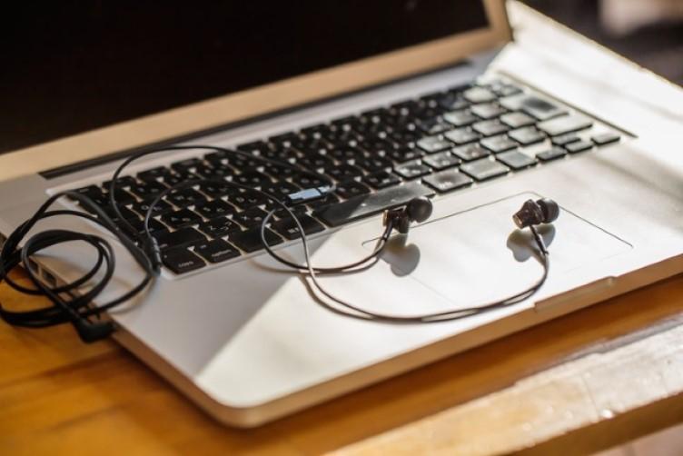 Зубная щетка, наушники, светодиодные фонари: 10 обычных вещей, через которые хакеры могут следить за людьми